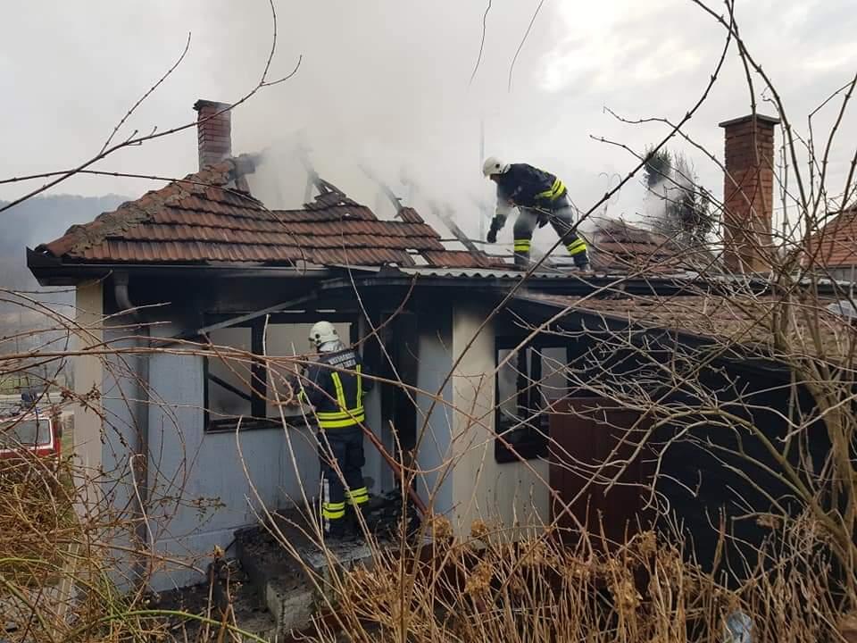 Izgorjela kuća u tuzlanskom naselju Mihatovići (FOTO)