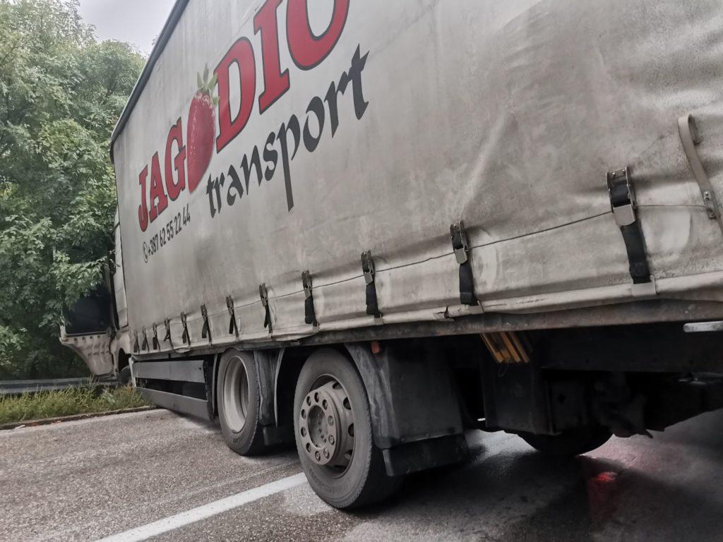 Kamion sletio sa puta kod Tuzle, potpuno obustavljen saobraćaj prema Bijeljini (FOTO)